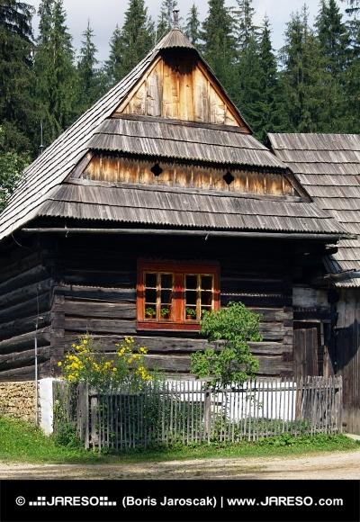 Trä folkmusik hus i Zuberec museum