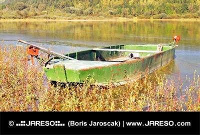 Grön båt från Liptovska Mara sjö, Slovakien