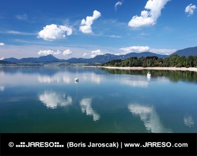 Vatten i Liptovska Mara i sommar