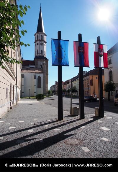 Kyrkans torn och flaggor i Levoca