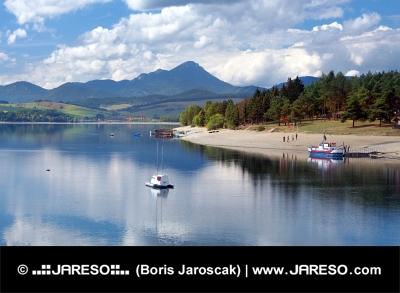 Liptovska Mara med båtar, Slovakien