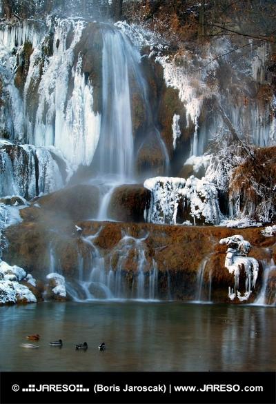 Fruset vattenfall i vinter