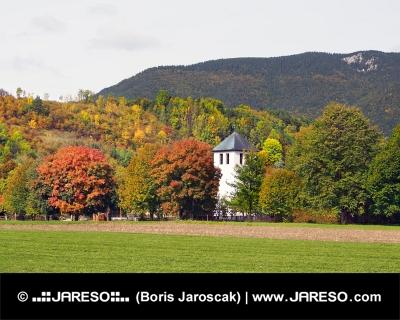Fält och kyrka i Liptovska Sielnica