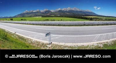 Panorama över motorvägen och High Tatras