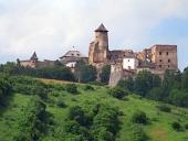 En kulle med slottet Lubovna, Slovakien
