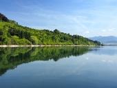 Skogar återspeglas i Liptovska Mara, Slovakien