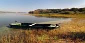 Liten roddb?t med Liptovska Mara sjö, Slovakien