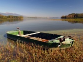 Roddbåt på stranden av Liptovska Mara sjö, Slovakien