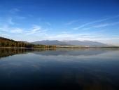 Rohace berg ?terspeglas i vatten Liptovska Mara under solnedg?ngen