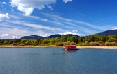 Husbåt och bergen på sommaren