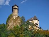 Orava slott ligger på en hög klippa