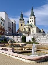 Kyrka, teater och fontän i Zilina