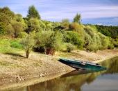 Båtar med stranden av Liptovska Mara sjö, Slovakien