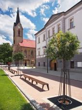 Kyrkan och County House i Dolny Kubin