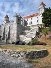 Befästningsmuren och trappor i Bratislava slott