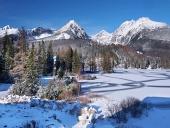 Frysta Strbske Pleso i Tatrabergen på vintern