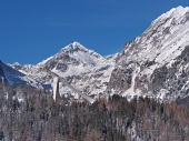 Toppar av Tatrabergen och hoppbacken