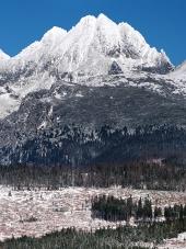 Toppar i Tatrabergen på vintern