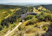 Huvudentrén till slottsruinen av Cachtice