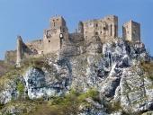 Sommar bild av förstörda Strecno Castle