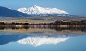 Krivan topp återspeglas i Liptovska Mara