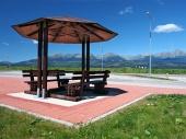 Shelter med bänkar och High Tatras