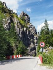 Väg med bro till Vratna Valley, Slovakien