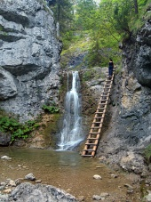 Vattenfall och stege i Kvacianska Valley