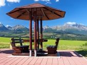 Bänkar under tak och High Tatras