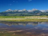 Reflektion av Tatrabergen i sjön