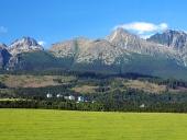 Höga Tatra och äng i Slovakien
