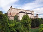 Zvolen slott på skogklädda kullen