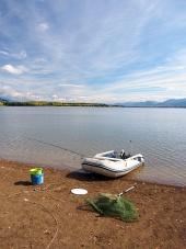 Fiskeutrustning och båt vid Liptovska Mara