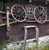 Vägg av landsbygden timmerhus
