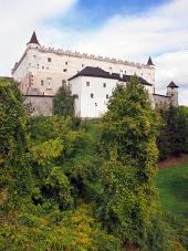 Zvolen slott på skogklädda kullen, Slovakien