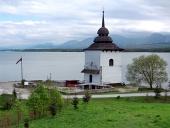 Rester av kyrkan i Liptovska Mara, Slovakien