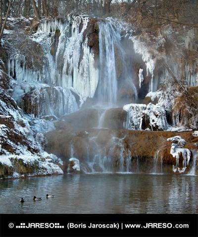 Mineralno bogati slap v Lucky vasi, na Slovaškem