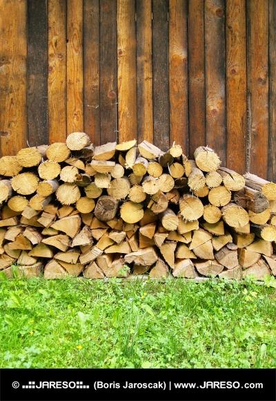 Veliko sveže lesa narúbaného