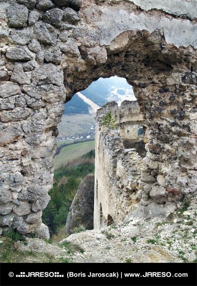 Pogled iz ruševin Lietava