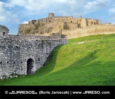 Ruševine gradu Spiš ob sončnem zahodu