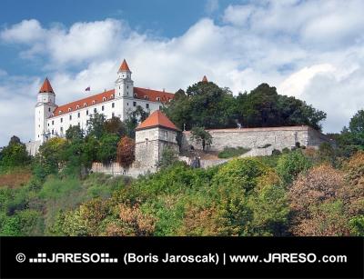 Bratislavski grad na hribu nad staro mestno jedro
