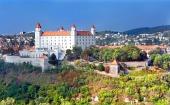 Bratislavskega gradu z novo belo barvo