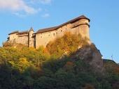 Orava grad ob sončnem zahodu jeseni